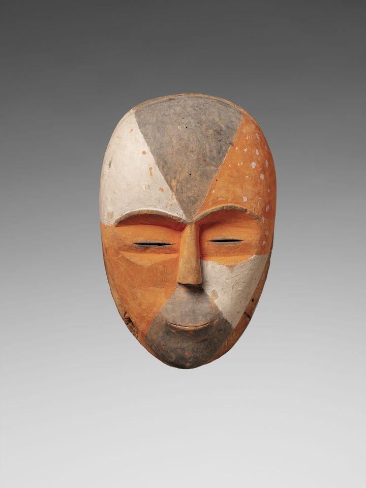 Masque de danse en bois de fromager fabriqué au sein de la communauté Adouma. Date: avant 1820. (Musée du quai Branly - Jacques Chirac; photo Patrick Gries-Bruno-Descoings)