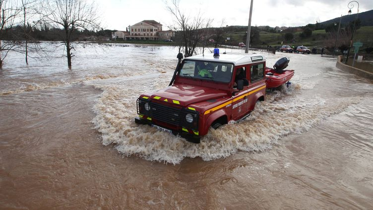 Les secours tentent de fanchir la commune inondée de Roquebrune-sur-Argens (Var), le 20 janvier 2014. ( HANDOUT / MAXPPP)