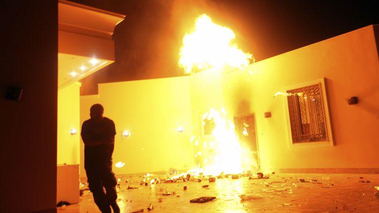 Le consulat américain à Benghazi (Libye) en feu après avoir été attaqué par un groupe armé, le 11 septembre 2012. (ESAM AL-FETORI / REUTERS)