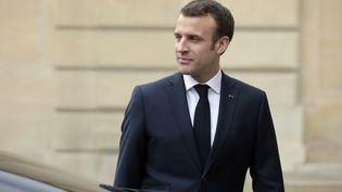 Emmanuel Macron, dans la cour de l'Elysée, à Paris, le 19 février 2019. (LUDOVIC MARIN / AFP)