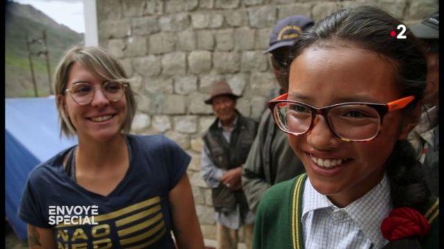 Envoyé spécial. Grâce à ses premières lunettes, cette adolescente verra enfin les sommets de l'Himalaya