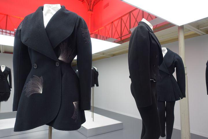 """Exposition """"Adrian et Alaïa. L'art du tailleur"""", à Paris : plusieurs modèles signés Azzedine Alaïa. Le premier a gauche est issu de la collection hiver 1986  (Corinne Jeammet)"""