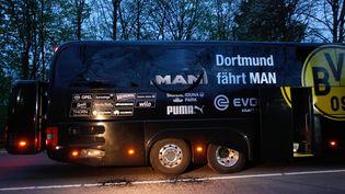 Le bus du Borussia Dortmund endommagé par trois explosions, avant le quart finale aller de la Ligue des champions contre Monaco, le 11 avril 2017.  (INA FASSBENDER / DPA / AFP)