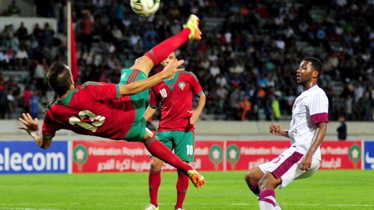 Le joueur marocain Omar El Kaddouri tente de récupérer le ballon lors d'un match face au Qatar, à Casablanca (Maroc), le 3 septembre 2014. ( AFP )