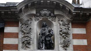 La statue deJohn Cass, dans le centre de Londres (Royaume-Uni), le 10 juin 2020. (TOLGA AKMEN / AFP)