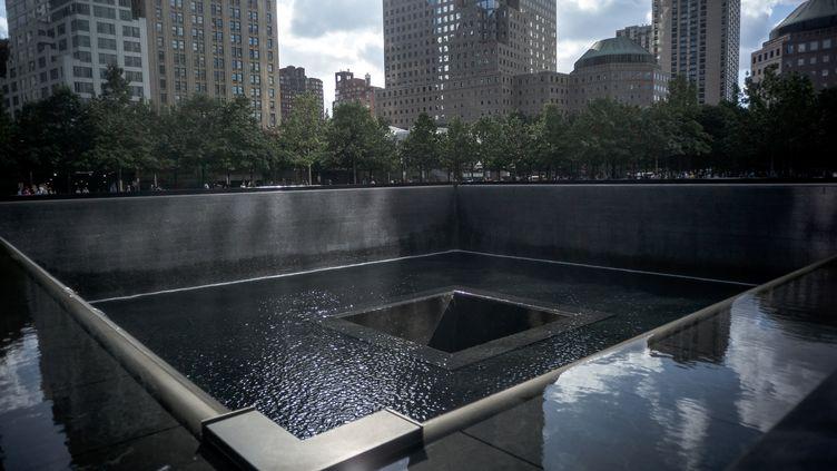 World Trade Center site. Manhattan, quartier des affaires, New York, USA. Memorial des attentats du 11 Septembre 2001. Touristes et new yorkais viennent se recueillir devant les deux immenses fosses où sont inscrit les noms des victimes. (ARTHUR NICHOLAS ORCHARD / HANS LUCAS VIA AFP)