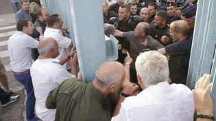 La police évacue les représentants des organisations professionnelles et syndicales à la préfecture de Haute-Corse à Bastia, le 4 juillet 2014. (  MAXPPP)