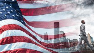 Homme d'affaires sur fond de drapeau des USA (FRANCKREPORTER / E+/ GETTY IMAGES)