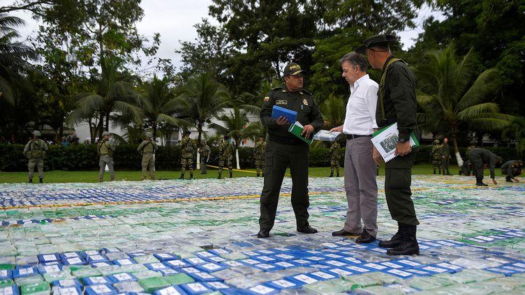 Le président colombienJuan Manuel Santos (au centre) et des policiers inspectent la saisie record de cocaïne, à Apartado (Colombie), le 8 novembre 2017. (REUTERS)