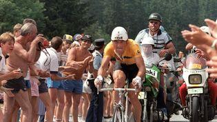 Bernard Hinault porte le maillot jaune lors de la 13e étape du Tour de France, le 11 juillet 1985, en Isère. (AFP)