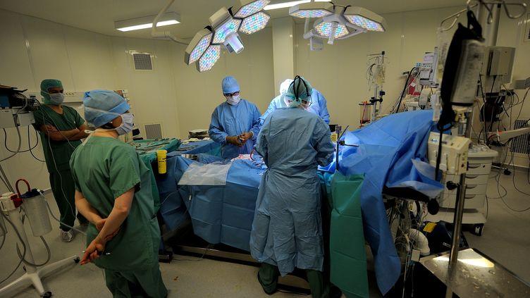 """Selon l'avocat Edouard Bourgin, ce sont""""à ce jour 80 personnes qui estiment que le résultat des opérations du chirurgien en cause n'est pas conforme au résultat promis et constitue un accident médical"""". (PHILIPPE HUGUEN / AFP)"""