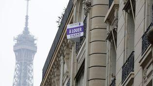 Une pancarte indiquant un appartement à louer à Paris, le 5 avril 2013. (MAXPPP)