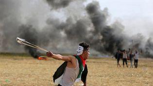 """Un Palestinien manifeste dans la bande de Gaza pour le """"droit au retour"""" des Palestiniens, le 5 avril 2018. (ASHRAF AMRA \ APAIMAGES/SIPA / APAIMAGES)"""