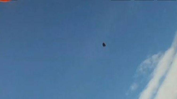 Capture d'écran de la pierre qui aurait frôlé un parachutiste à l'été 2012, au-dessus de la Norvège. (NRK / EVN / FRANCETV INFO )