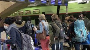 Week-end de Pentecôte : les Français se ruent dans les trains pour partir en vacances. (FRANCE 2)