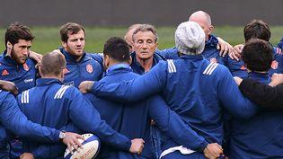 Le sélectionneur de l'équipe de France de rugby, Guy Novès parle à ses joueurs,lors d'un entrainementavant lematch du Tournoi des six nations Irlande-France,àDublin le 24 février 2017. (FRANCK FIFE / AFP)
