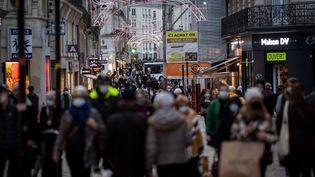 Les centres-villes pris d'assaut le dernier samedi avant Noël (illustration à Nantes, le 19 décembre 2020). (LOIC VENANCE / AFP)