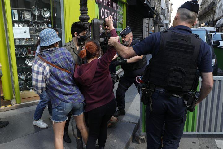 Des militantes féministes dénoncent la nomination de Gérald Darmanin au ministère de l'Intérieur, jeudi 7 juillet 2020 à Paris. (GEOFFROY VAN DER HASSELT / AFP)