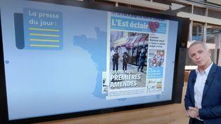 Le journaliste Samuel Étienne fait le tour des Unes de la presse régionale pour le 13 Heures de France 2. Lundi 26 octobre, les journaux évoquent un possible reconfinement et les effets de la crise sanitaire sur l'économie. (France 2)