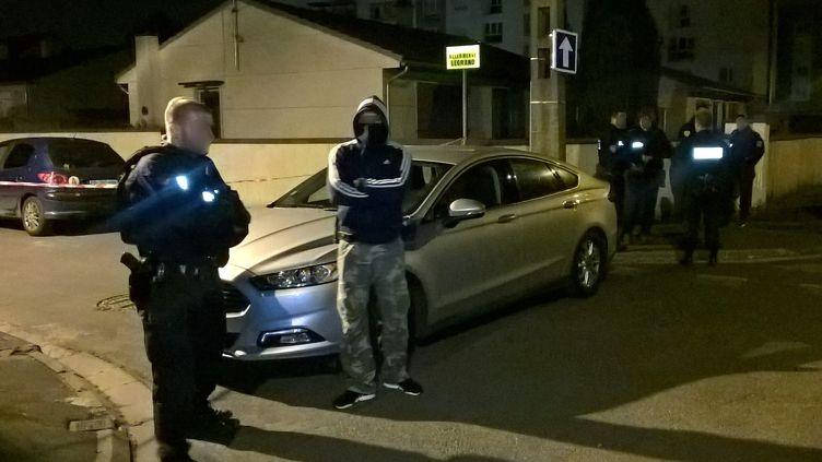 Des policiers stationnent près du domicile de Karim Cheurfi jeudi 20 avril 2017 à Chelles (Seine-et-Marne).Cet homme est suspecté d'avoir tué un policier dans la soirée sur l'avenue des Champs-Elysées, à Paris. (Sarah BRETHES / AFP)