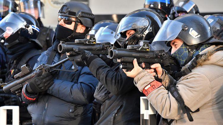 """Des policiers armés de LBD 40 lors de la journée de mobilisation des """"gilets jaunes"""" à Nîmes (Gard), le 12 janvier 2019. (PASCAL GUYOT / AFP)"""