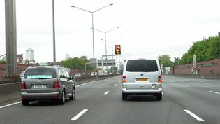 Une voie de l'autoroute A1 reliant l'aéroport de Roissy à Paris sera réservée aux bus et aux taxis, à partir du 29 avril 2015. (  MAXPPP)