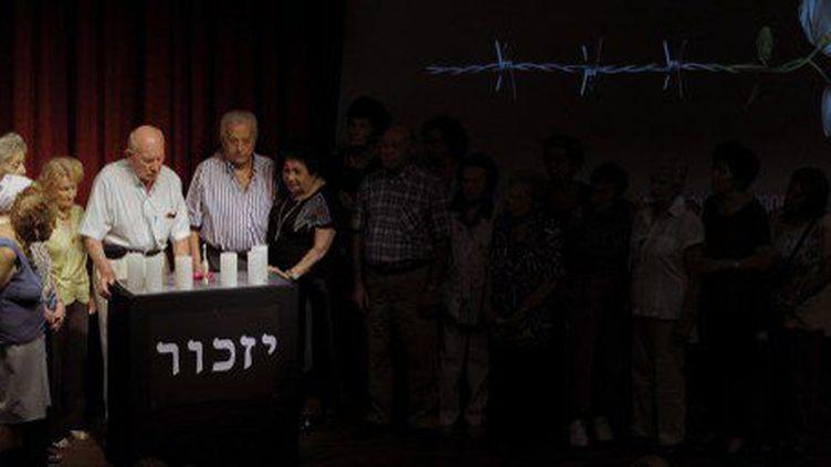 Le 27 janvier 2015 à Buenos Aires, des survivants de la Shoah ont commémoré le 70e anniversaire de la libération du camp d'extermination nazi d'Auschwitz-Birkenau. Après la mort inexpliquée du procureur Nisman, ils ont décidé de boycotter la traditionnelle manifestation organisée par le gouvernement argentin. (AFP PHOTO / ALEJANDRO PAGNI)
