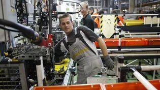 Ouvrier travaillant sur une chaîne de l'usine Renault de Cléon. (CHARLY TRIBALLEAU / AFP)