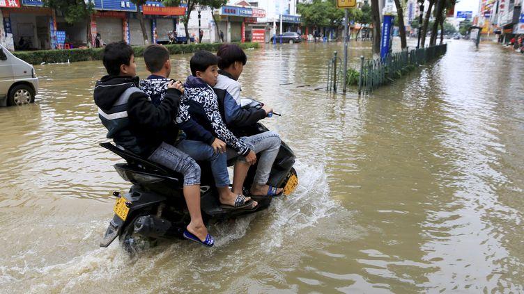 Les rues deHezhou (Chine) sous l'eau après une inondation, le 14 novembre 2015. (REUTERS)