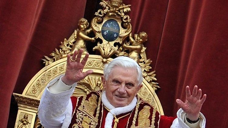 """Benoît XVI délivre sa bénédiction """"urbi et orbi"""", depuis le balcon de la basilique Saint-Pierre de Rome (25/12/2010) (AFP / Alberto Pizzoli)"""