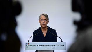La ministre du Travail Elisabeth Borne lors d'une conférence de presse sur le Covid-19 à Paris le 4 février 2021. (MARTIN BUREAU / AFP)