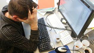 Un homme déprimé devant son ordinateur. (MARC OLLIVIER / MAXPPP)