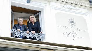 La romancière Viriginie Despentes et Bernard Pivot à la fenêtre du restaurant Drouant, qui accueille chaque mois les membres de l'académie Goncourt, le 7 novembre 2018, à Paris. (MAXPPP)