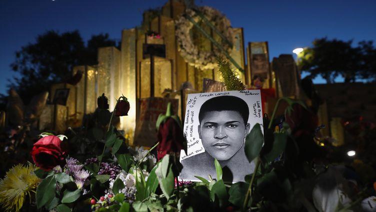 Leportrait de Mohamed Ali affiché dans sa ville natale, à Louisville (Etats-Unis), le 8 juin 2016. (JOHN MOORE / GETTY IMAGES)