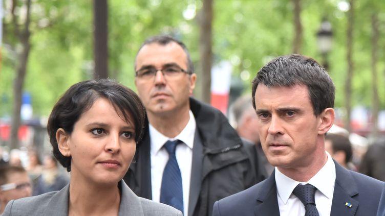 Le Premier ministre, Manuel Valls, et la ministre de l'Education, Najat Vallaud-Belkacem, lors d'une cérémonie pour la victoire des Alliés sur l'Allemagne nazie, à Paris, le 8 mai 2015. (SAÏD ANAS / CITIZENSIDE / AFP)