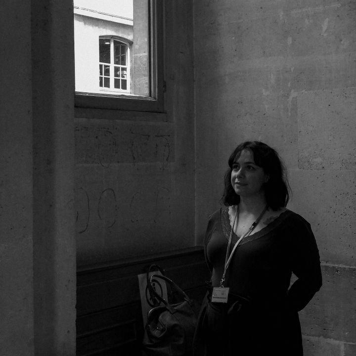 Sophie Parra, blessée lors au Bataclan, photographiée lors du procès du 13-Novembre par David Fritz-Goeppinger, lui aussi victime de l'attentat. (DAVID FRITZ-GOEPPINGER POUR FRANCEINFO)