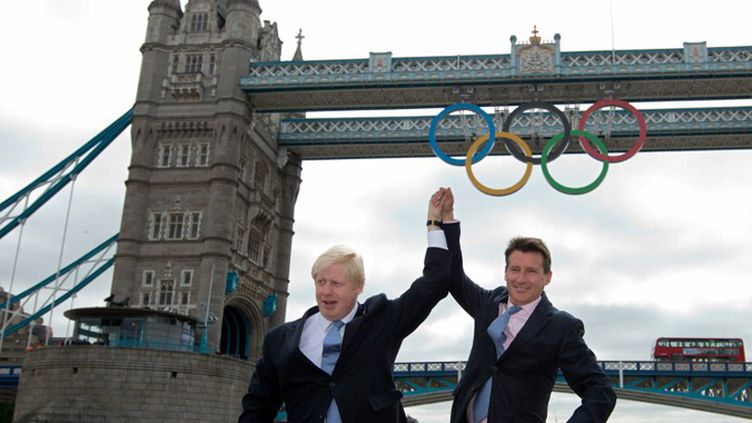 Sebastian Coe et Boris Johnson, le maire de Londres, devant Tower Bridge