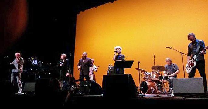Guillaume Roy (alto), Élise Caron (chant), Thomas de Pourquery (chant), John Greaves (derrière, en blanc et à la basse), Jeanne Added (chant), Régis Boulard (batterie), Olivier Mellano (guitare) - il ne manque qu'Ève Risser (piano) à l'image  (Marie Destouet)