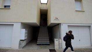 L'entrée de l'immeuble où vivait Thomas S. à Clapiers (Hérault), le 10 février 2017. (SYLVAIN THOMAS / AFP)