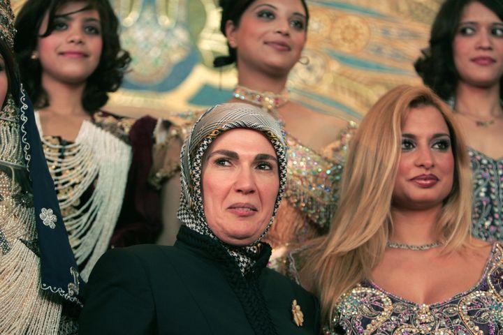 Emine Erdogan pose à Alger, au côté de musciennes du palais présidentiel, le 23 mai 2006. (ZOHRA BENSEMRA / REUTERS)