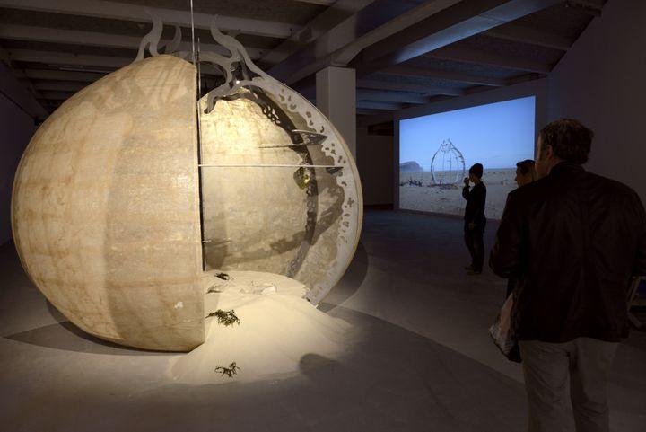"""Des visiteurs observent """"Crepusculum Sculpture"""", de l'IslandaiseGabriela Fridriksdottir, le 10 septembre 2011, à Lyon. (PHILIPPE DESMAZES / AFP)"""