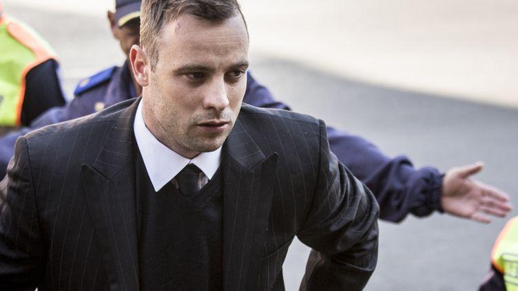 L'athlète sud-africain Oscar Pistorius, au tribunal de Pretoria (Afrique du Sud), lors de son procès pour le meurtre de sa petite amie, le 15 juin 2016. (KAREL PRINSLOO / AFP)