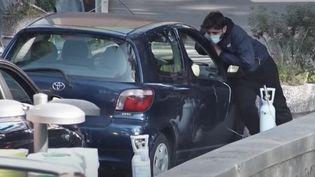 À Naples, en Italie,des patients ayant contracté le coronavirus sont pris en charge directement dans leurs voitures.Des soignantspassentavec des bombonnes d'oxygène pour les personnes ressentant des problèmes respiratoires. (CAPTURE ECRAN FRANCE 2)