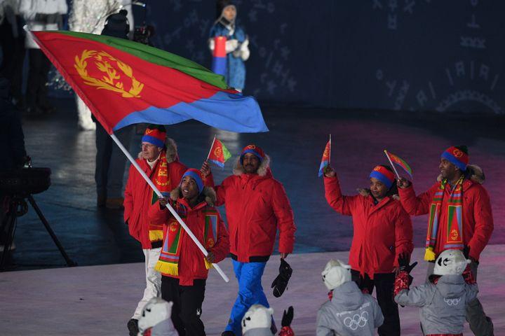 Shannon Abeda, porte-drapeau de l'Érythrée lors de la cérémonie d'ouverture des Jeux de PyeongChang (ROBERTO SCHMIDT / AFP)