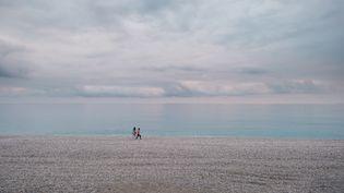 Sur la Promenade des Anglais lors du confinement d'automne, la plage est presque vide à Nice, le 3 novembre 2020. (JEAN-BAPTISTE PREMAT / HANS LUCAS)