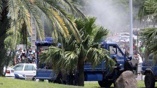 Des manifestants s'opposent aux forces de l'ordre, mercredi 21 novembre 2018, auPort à La Réunion. (RICHARD BOUHET / AFP)