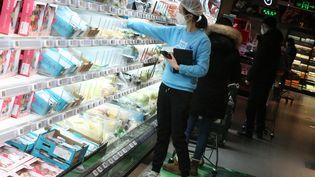 Une femmefait ses courses dans un supermarché à Pékin, en Chine, le 16 février 2020. (KOKI KATAOKA / YOMIURI / AFP)