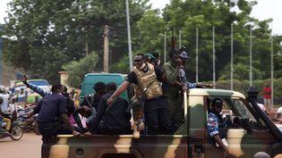 Des soldats maliens paradent dans les rues de Bamako (Mali) au lendemain du putsh qui a renversé le présidentIbrahim Boubacar Keitaet le premier ministreBoubou Cisse. (ANNIE RISEMBERG / AFP)