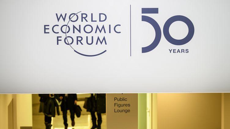 Le logo du 50e Congrés economique mondial de Davos (Suisse), le 21 janvier 2020. (FABRICE COFFRINI / AFP)