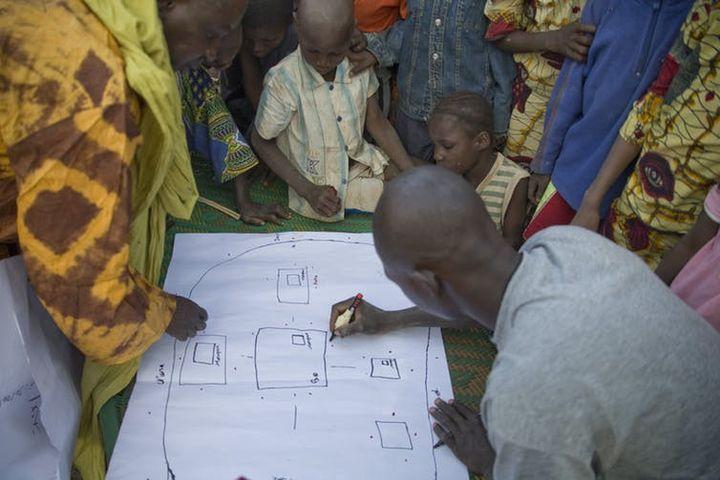 Réunion de sensibilisation de la population dans un village de la région de Koulikouro, au Mali, 2009.     (Harandane Dicko/Unicef Mali)
